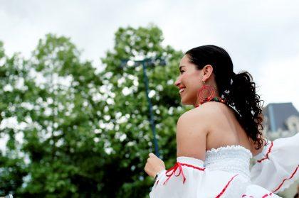 Frau auf einem Salsa-Festival