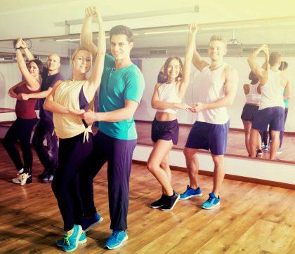 Tanzpaare, die Salsa lernen