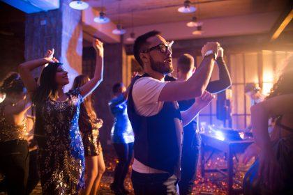 Tanzende Menschen im Club